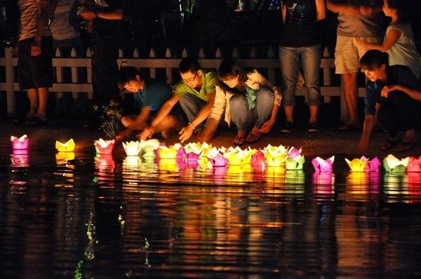 Lễ hội thả đèn hoa đăng diễn ra hàng ngày trên sông Hoài